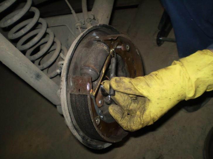 Как поменять задние тормозные колодки на рено логан